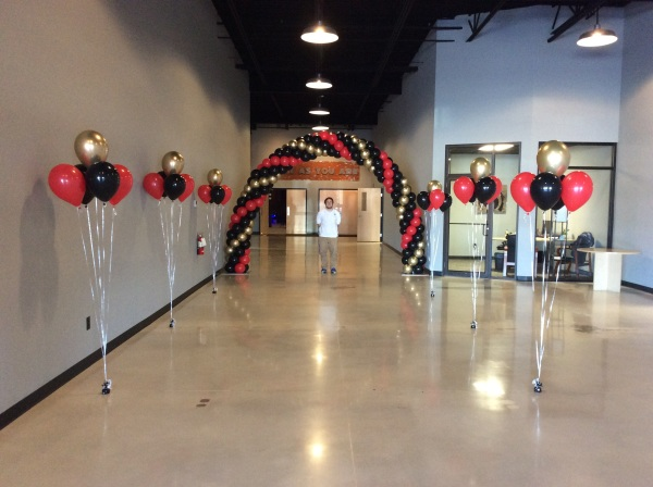 25' arch with 6 X 5 helium bouquets